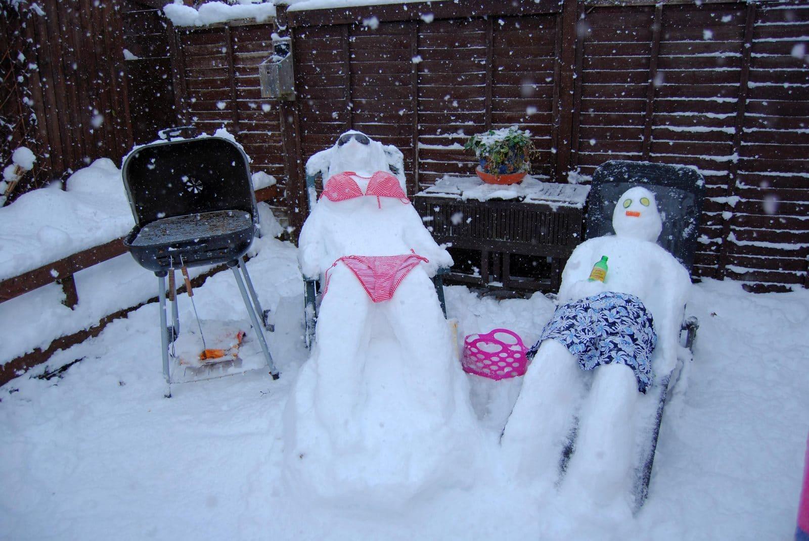 снеговики на шезлонге