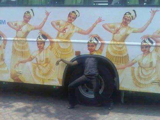 парень под автобусом