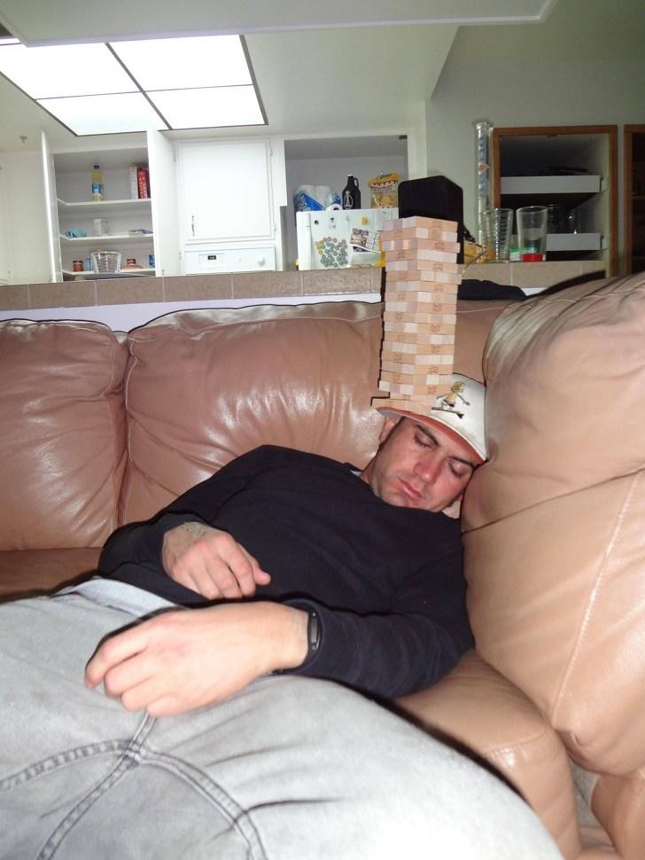 спящий мужчина на диване