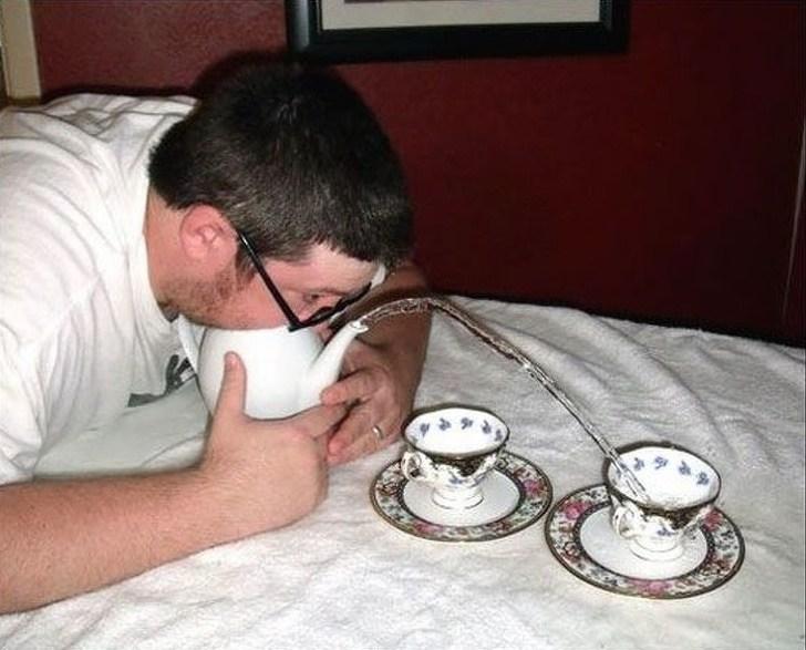мужчина с чайником и чашками