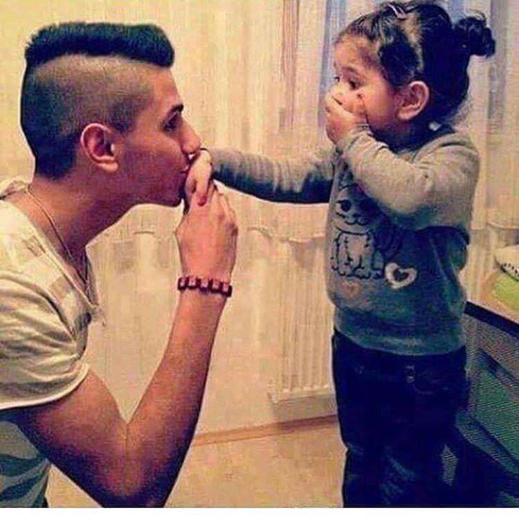 папа целует дочке руку