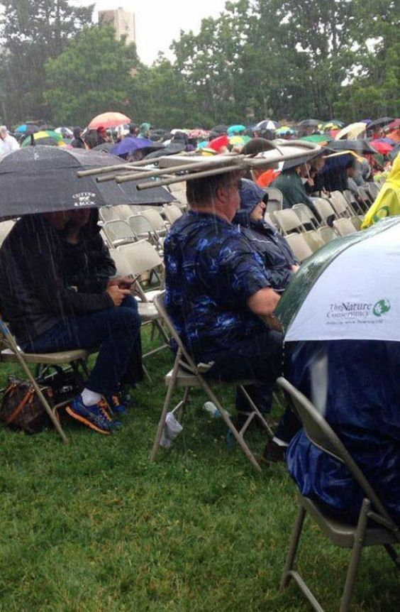 мужчина сидит под дождём
