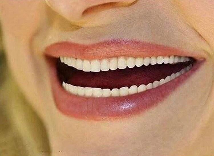 женские губы и зубы