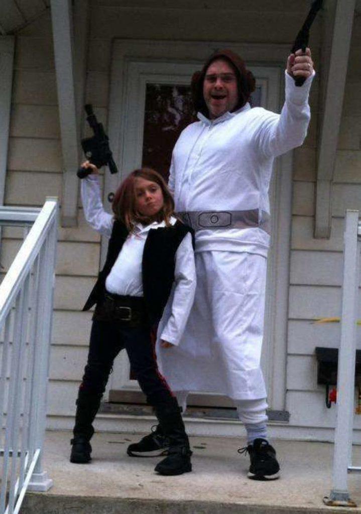 папа с дочкой на крыльце