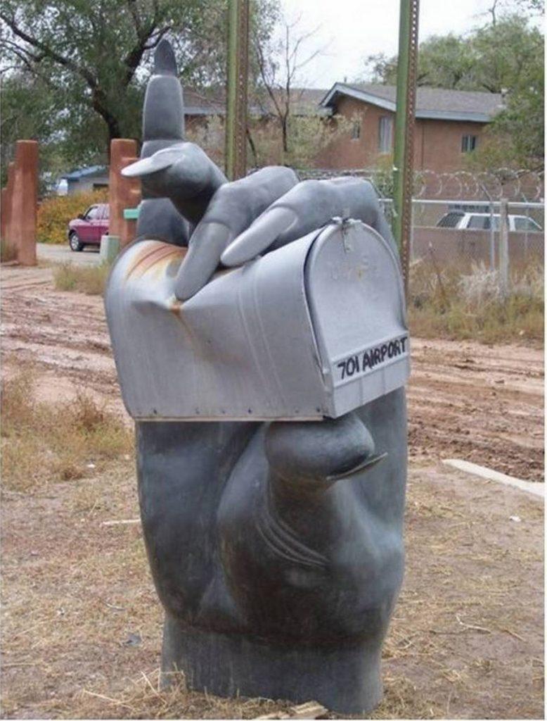 почтовый ящик в форме женской руки