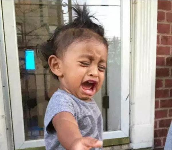девочка плачет на крыльце