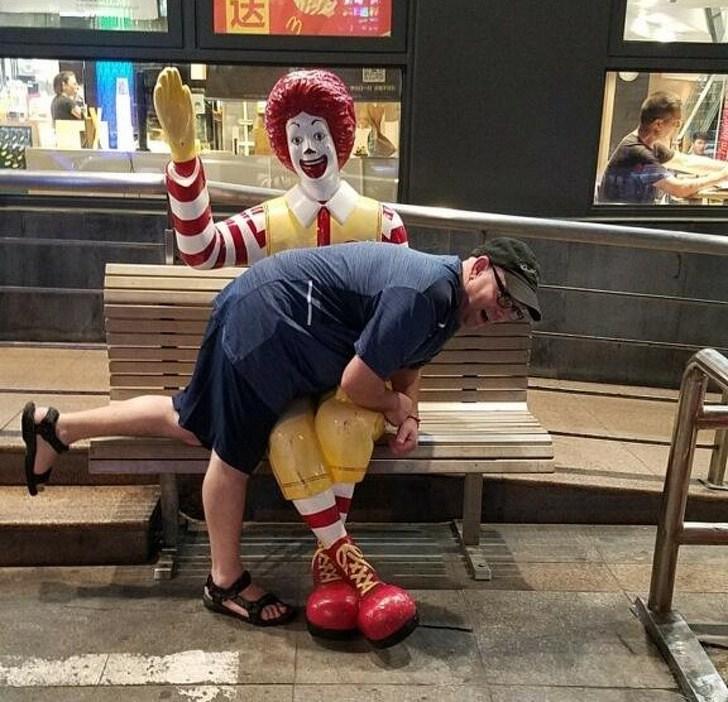 мужчина на лавке с клоуном