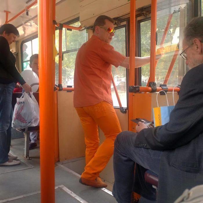 мужчина в общественном транспорте