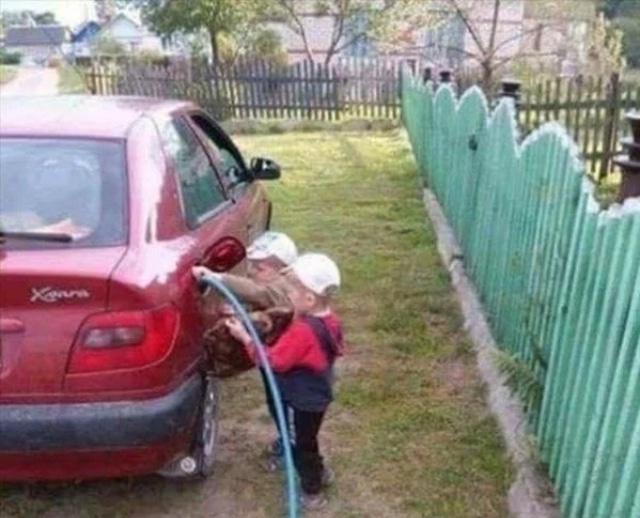 дети заправляют машину