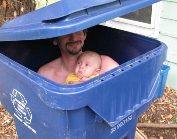 папа с ребенком в мусорном баке