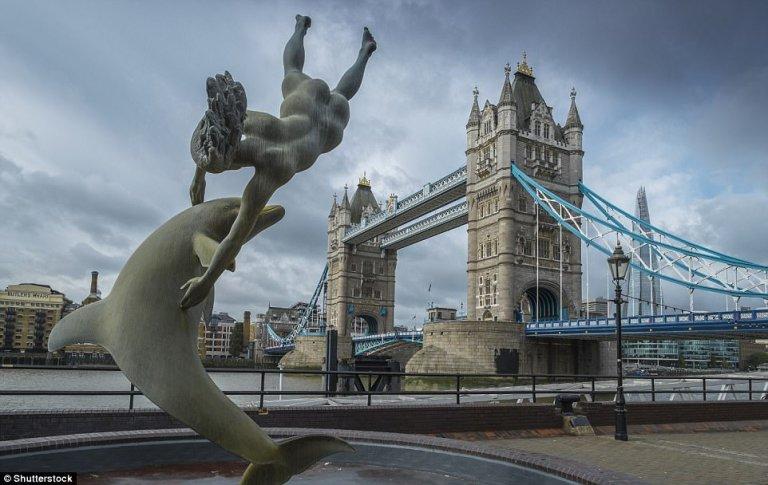 памятник с дельфином на берегу Темзы