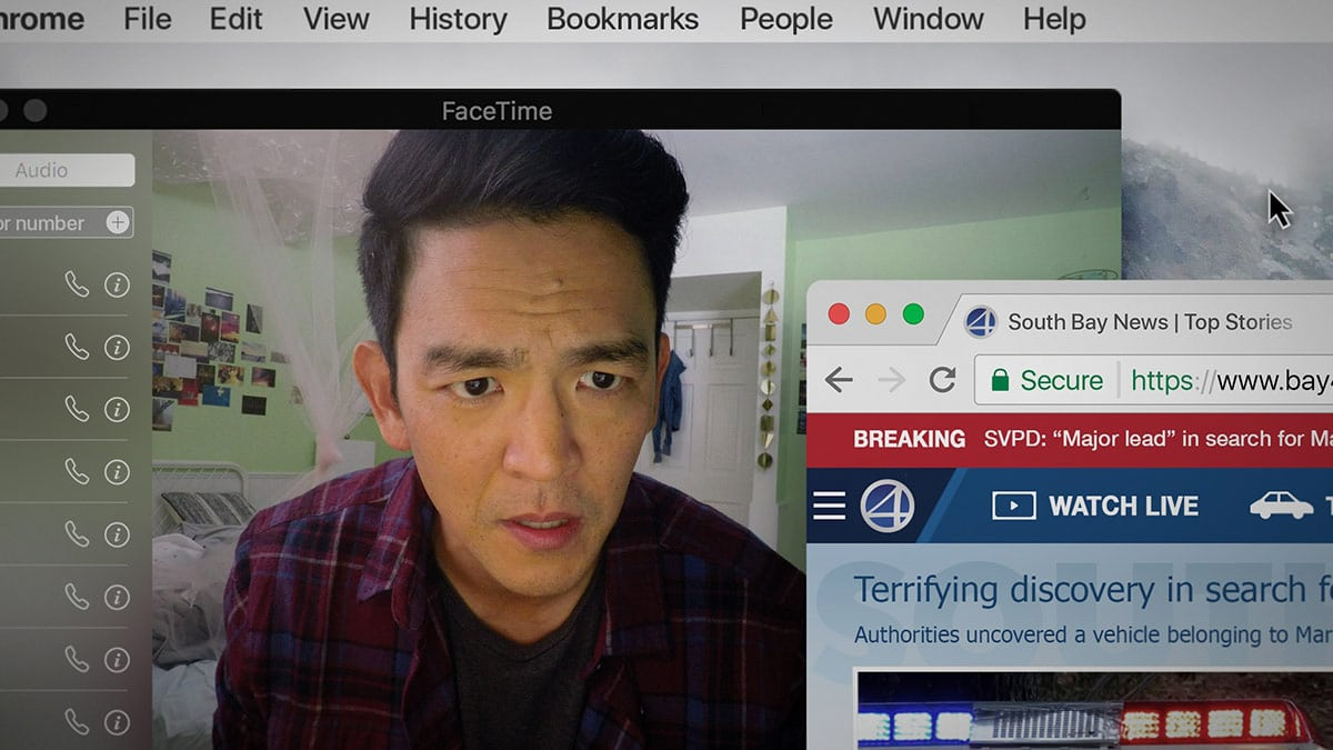 мужчина смотрит сайты на ноутбуке