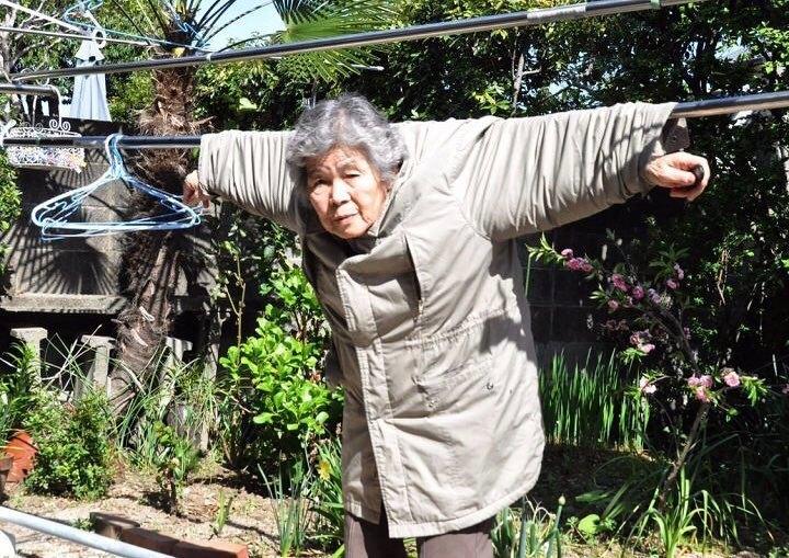 старушка в куртке