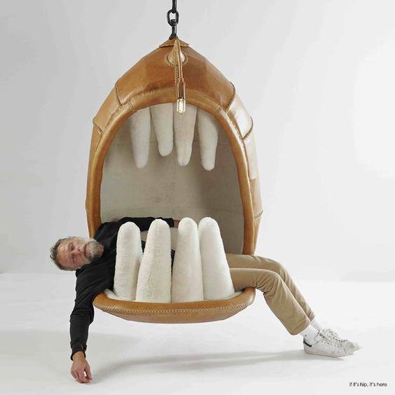 мужчина в кресле с зубами