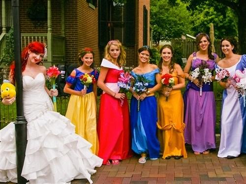 невеста и подружки в диснеевских костюмах