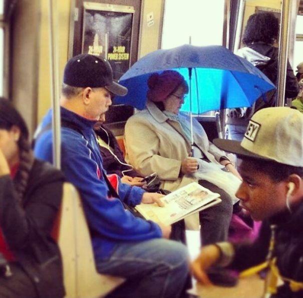 женщина под зонтом в метро