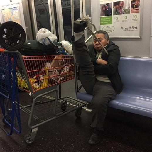 мужчина с продуктовой тележкой в метро