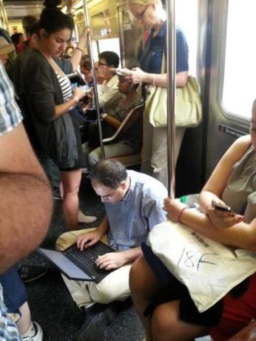 мужчина с ноутбуком в метро