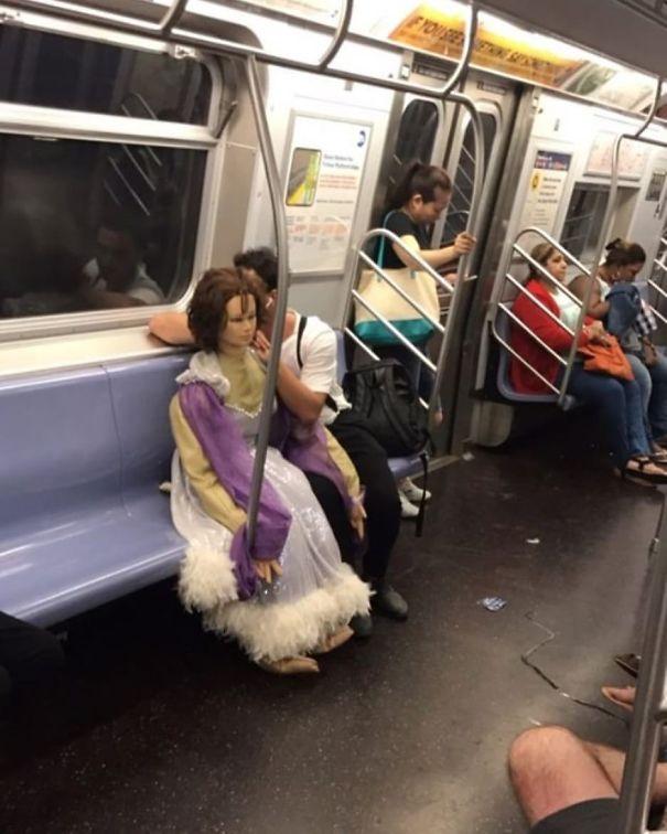 парень с куклой в метро
