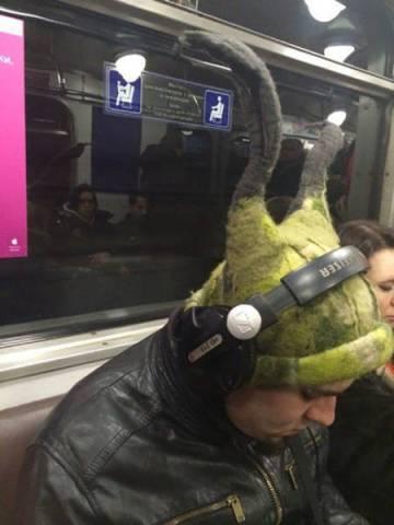 мужчина в рогатой шапке