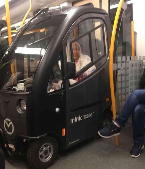 машина в вагоне метро