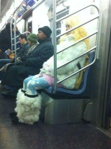 блондинка в белой шубе в метро