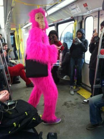 человек в костюме обезьяны в метро