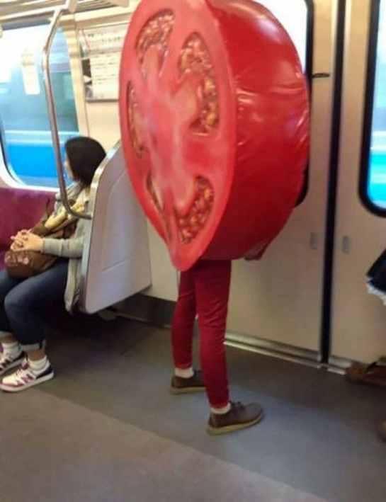 парень в костюме помидора в метро