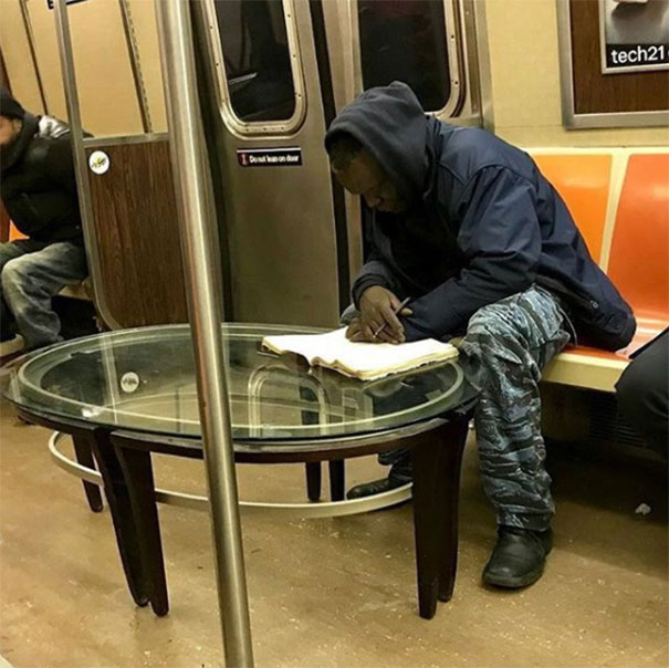 мужчина за столом в метро