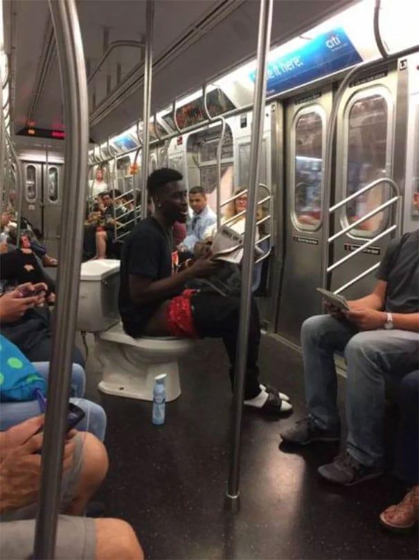 чернокожий парень на унитазе в метро