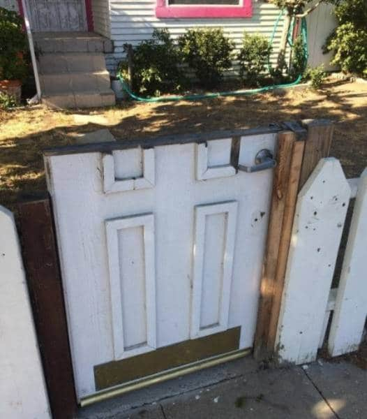 калитка из старой двери