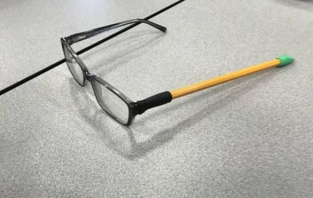 очки с карандашом вместо дужки