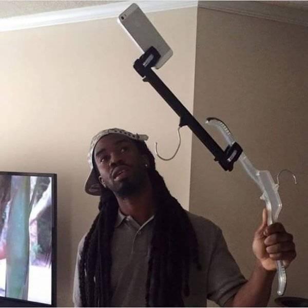 чернокожий парень делает селфи