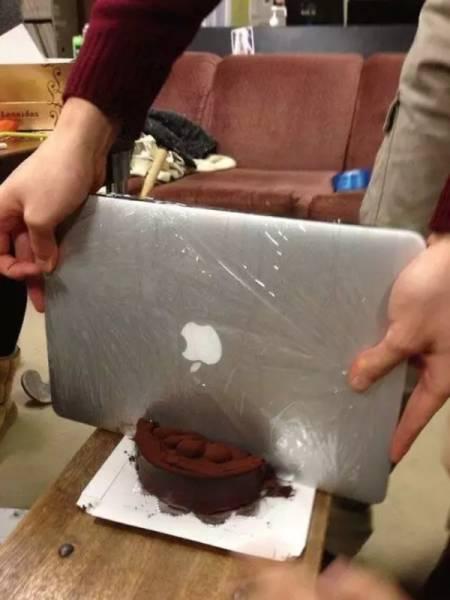 парень режет торт ноутбуком