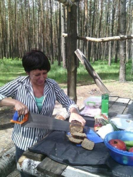 женщина режет хлеб пилой