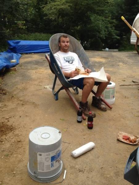 парень сидит в тележке для цемента