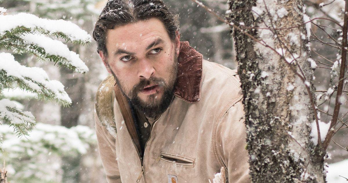 мужчина зимой выглядывает из-за дерева