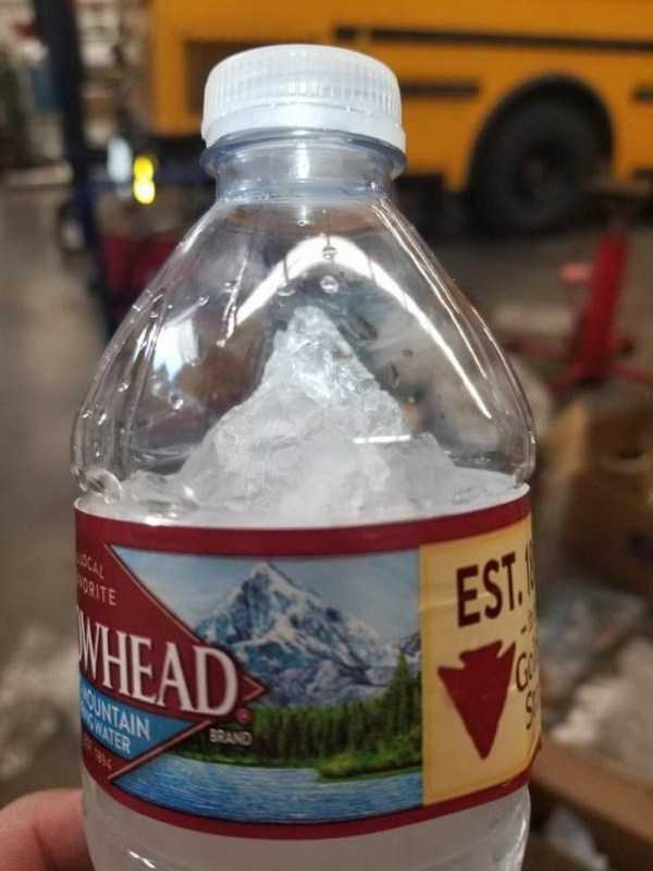 бутылка с замороженной водой