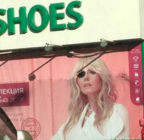 фото блондинки на бигборде