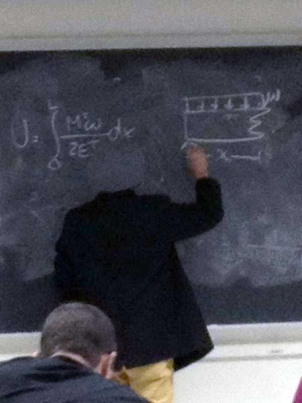 преподаватель пишет на доске