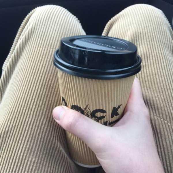 парень со стаканом кофе