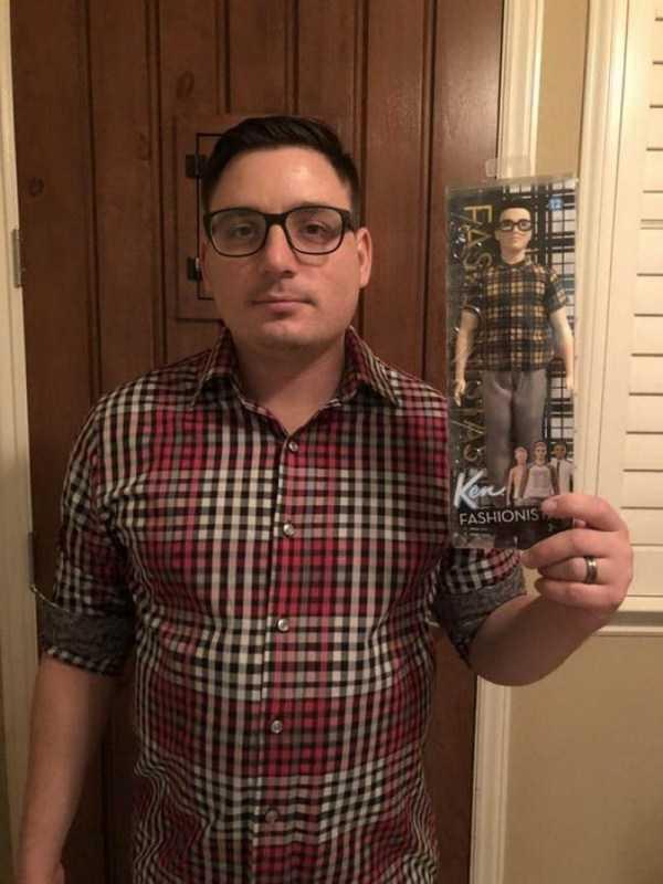 мужчина в клетчатой рубашке и очках