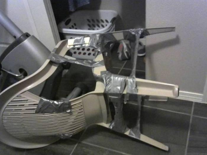 пластиковый стул и изолента