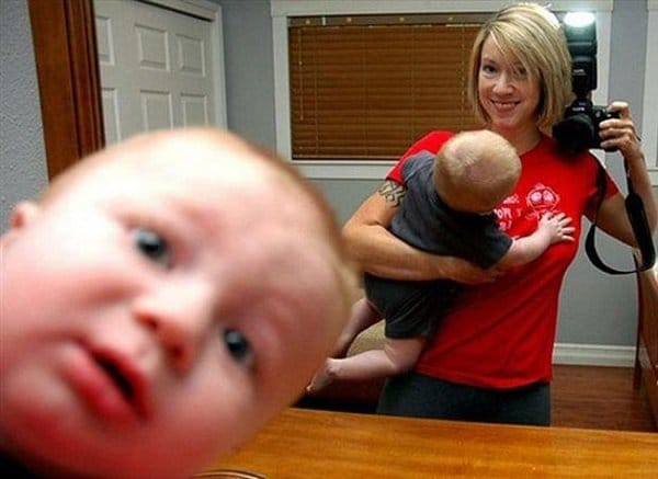 мама с ребенком делает селфи