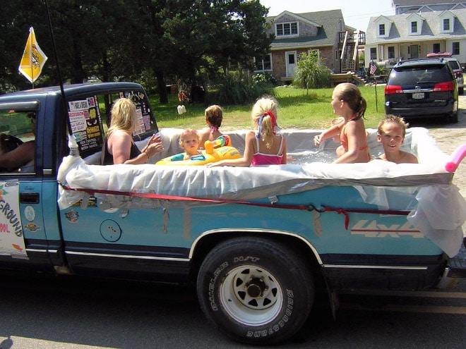 дети в фургоне