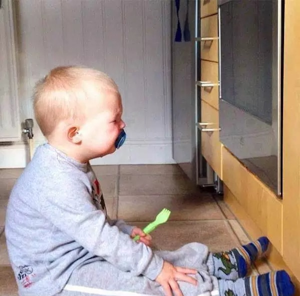 мальчик плачет, сидя на полу