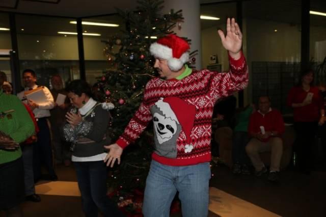 рождественский свитер с ленивцем