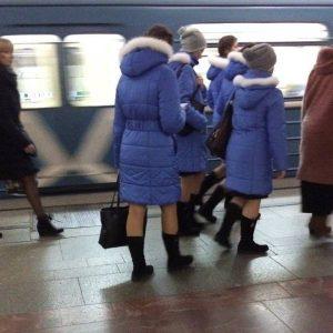 женщины в синих пуховиках