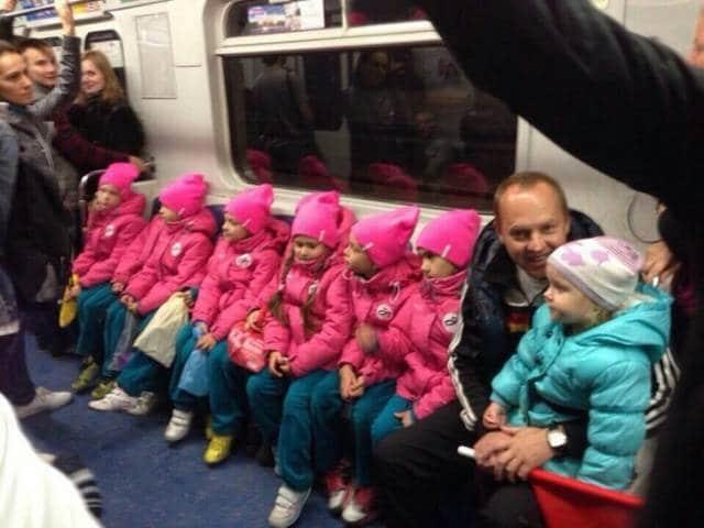 дети в розовых куртках