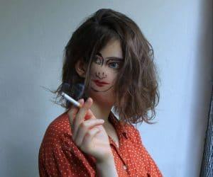 девушка с сигаретой в руке